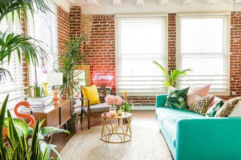 Inspiração do dia: sala de estar com toques da selva e cores vibrantes