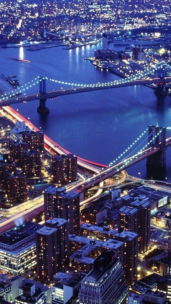 Nova York, NY, USA. O rio Hudson com a ponte do Brooklyn à direita, e a ponte de Manhattan à esquerda.