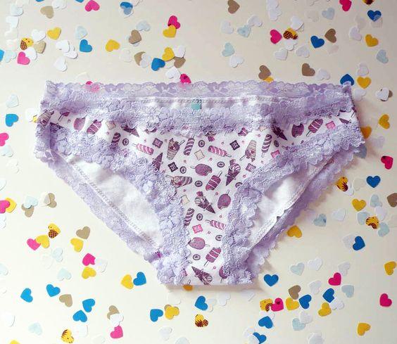Boneca Picolés - Calcinha Modelo Boneca em tecido de algodão com elastano estampado. Renda nas pernas e cintura.