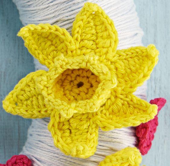 crochet daffodil free pattern. YAY!!  I love daffodils!  I had a hard time finding a good one.
