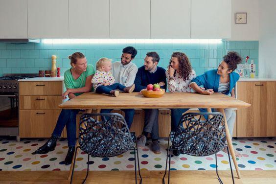 A família e os profissionais do Nook Architects posam ao lado da pequena Juno, o centro das atenções deste projeto em Barcelona.