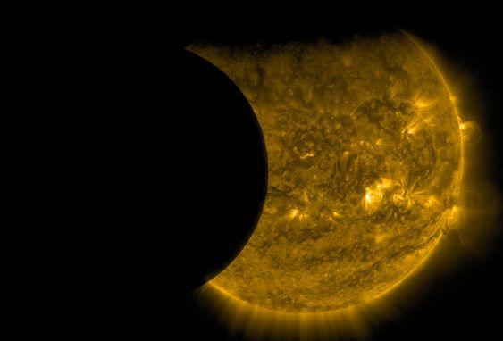 Двойное затмение. Луна (слева) и Земля (сверху) на фоне Солнца. Вид из Обсерватории динамики Солнца, 13 сентября 2015 г.  Край Земли кажется размытым из-за атмосферы.