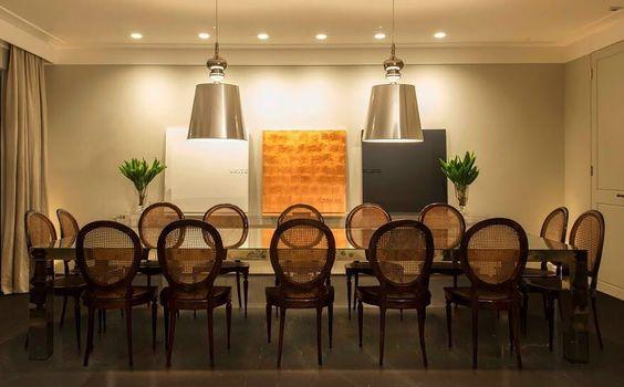 Sala de jantar com essa mesa incrível para reunir toda a família. Por Triplex Arquitetura São Paulo Brasil.  #triplexarquitetura #triplex #paisagismo #sala #estar #sp #arquitetura #interiores #inspiração #archtecture #archtecturelovers #interiores #design #homedecor #instahome #instaarch #coolarch #instadesign #homedesign #homestyle #archtecturelovers #archlovers #designideas #instadecor #interiordesign #decoração #instadecor #archtects #getinspired #lines #decorating #archtects #decoration…