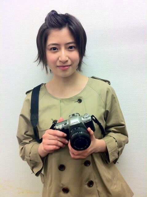 カメラを持っている南沢奈央