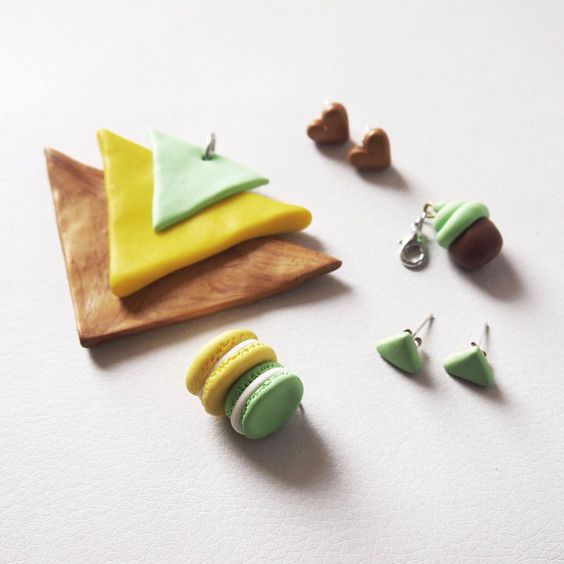 • saldi • 「 GOLD & GREEN 🔰 orecchini e ciondoli in sconto 」 👇🏻 In questa foto 📷 ~ Ciondolo etnico triangoli ~ Ciondoli macarons giallo e verde acqua ~ Orecchini triangoli verde acqua ~ Ciondolo cupcake verde acqua ~ Orecchini cuori oro • PER...
