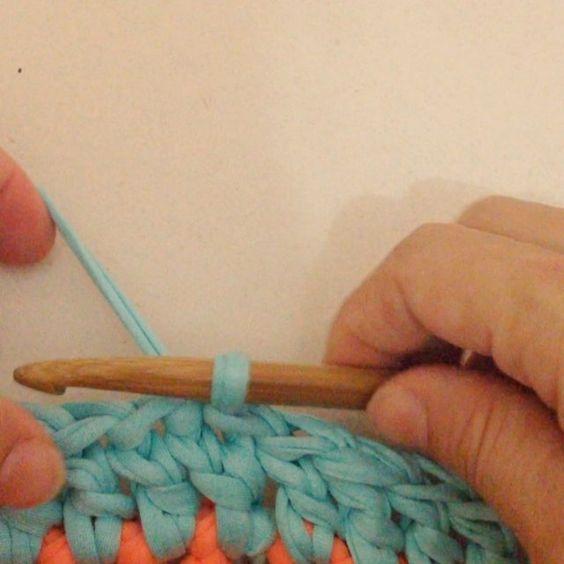Mariiiiii... Mais devagar!!!  Eeeeee adeus correntinhas do início da carreira... Eu nunca gostei de vcs mesmo... Kkkkk amores e super simples, tenta ai... Vcs vão amar... ♥️ #crochê #fiodemalha #crochet #crochetaddict #dicasdamari #ganchillo #aulinhadecrochecomfiodemalha