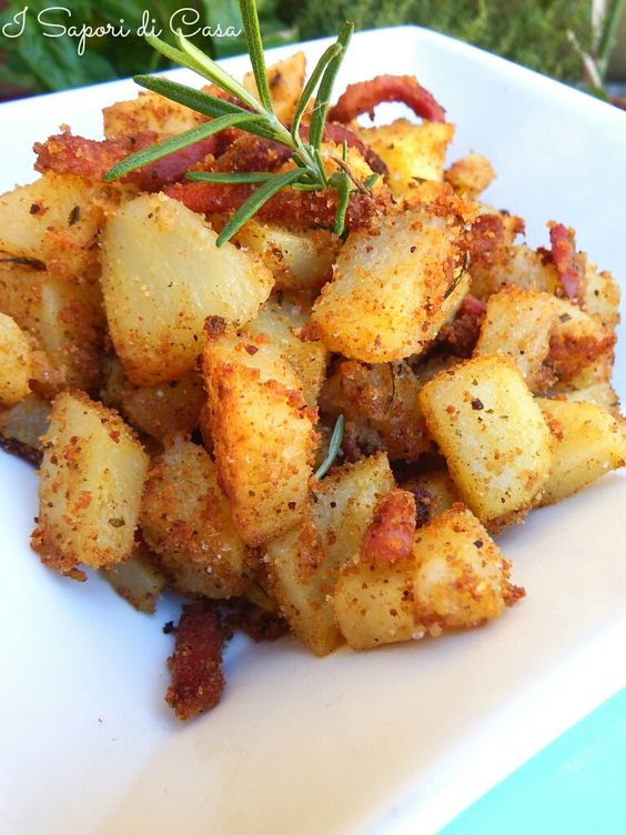Patate sabbiose -1 kg patate -4 cucc. pane gratt. -4 cucc. parmigiano gratt. -4 rametti rosmarino tritato -2 spicchi aglio -1 hg speck -olio evo --tagliate le patate e sciacquate sotto acqua corrente risulteranno più croccanti sbollentate le patate Scolate e fate asciugare mescolate gli ingredienti agg. alle patate agg. le striscioline di speck e mescolate Mettete in uno scolapasta e levate il condimento in eccesso agg. olio Cuocete x 20-25 m. 180-200° mescolate di tanto in tanto