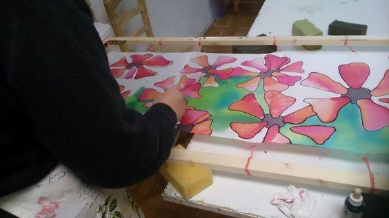 Patricia pintando con alcohol