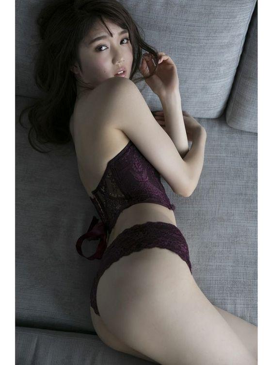 松川菜々花下着姿で振り向く姿がセクシーな画像