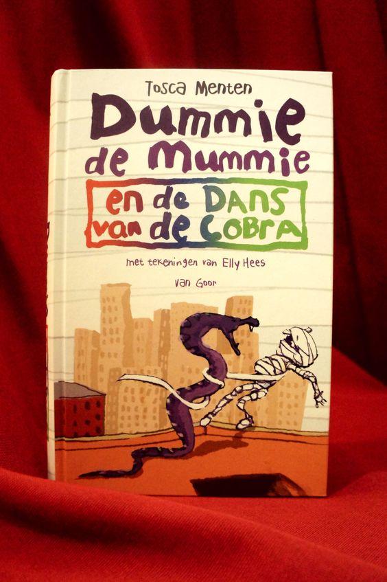 Dummie gaat naar New York! Bart heeft daar een expositie kunnen regelen voor dit jonge schildertalent uit Egypte en Dummie moet natuurlijk naar de opening. Klaas vindt zo'n grote stad helemaal niks, maar deze kans kun je nu eenmaal niet laten lopen. Met Dummie in een gitaarkoffer reizen Klaas en Goos naar de Big Apple. ~  Wil je de Dummie de Mummie boeken graag hebben? Neem dan eens een kijkje in de RMO Museumshop!