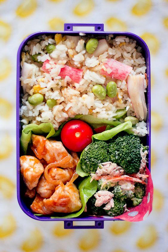 bento con arroz frito y pollo