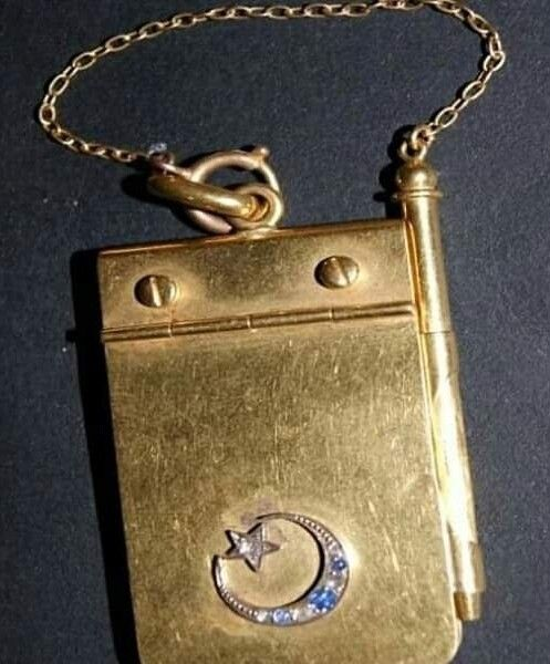 نوته من الذهب الخالص الواجهه جزء متحرك علي مفصله بمثابة غطاء للورق وبالجزء الثابت من الواجهه مسمارين من الذهب لتثبيت Handmade Jewelry Wallet On A Chain Jewelry