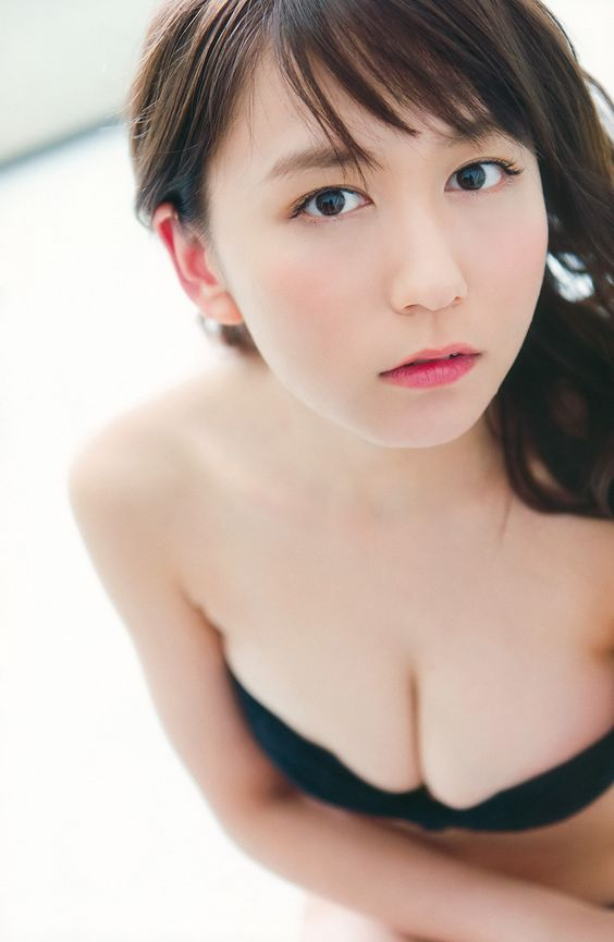 黒い水着でこちらを見つける大場美奈