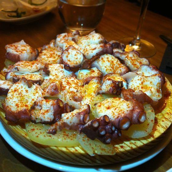 De esto si me acuerdo del nombre... Pulpo a feira!! Vaya feria de cocina gallega