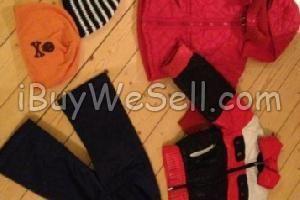 Barnkläder retro Ytterplagg, stl. 110/116 (4-6 år), unisex  Cool täckjacka, 70-tal. Röd, svart och vit. Stl. 115      Ytterplagg, stl. 74/80 (6-12 mån), flicka  Täckjacka med luva, rutmöntrad.    Ytterplagg, stl. 86/92 (1-2 år), unisex  Täckbyxor, stl. C84 (?), mörkblå. 70-tal.    Mössor, Vantar & Halsdukar, stl. One size, unisex  Orange, Me, Stl. 50/52 med brun dödskalle.    Vit och blå-randig P.oP, stl. 54.