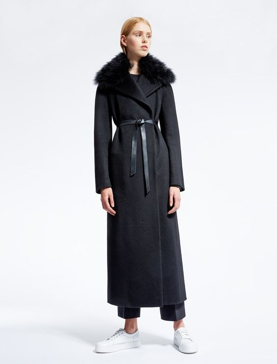 Max Mara Atelier Fall 2016: black coat with fur trimmed collar