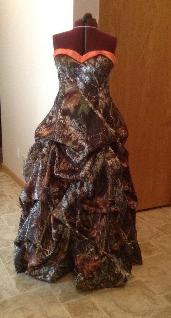 CAMO Dress / Gown with Pick Up Skirt / Design por CamoGownsAndMore