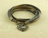 Bracelet wrap à rangs de cordons en cuir métallisé et coeur bronze