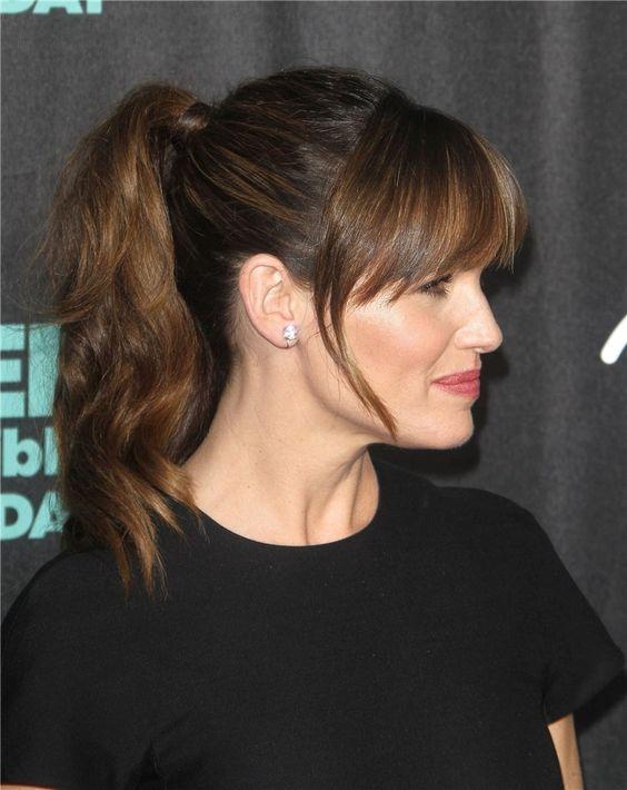Jennifer Garner con coleta y flequillo