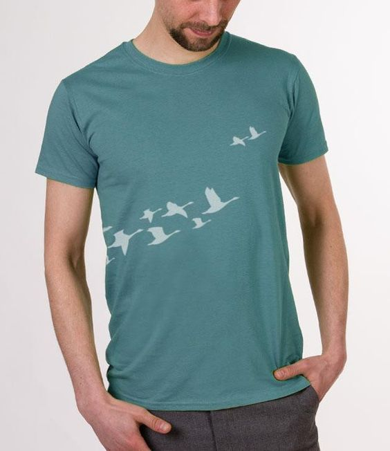 ...das Original jetzt auch für euch, Jungs!  Der Clou: die Vögel starten schon auf der Rückseite des Shirts! Ein Hingucker in der Uni, im Park oder auf der nächsten Party!  Um den verwaschenen...