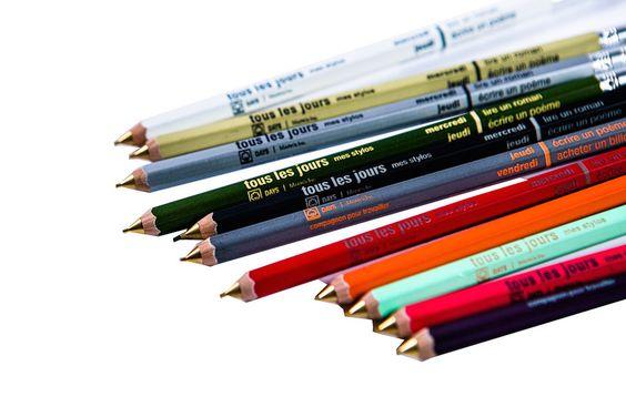 Façon pense-bêtes, ces crayons Mark's Inc ornés chacun d'une idée quotidienne de (jolie) chose à faire.  Poétiques à souhait, ces crayons mécaniques à... #cartonmagazine