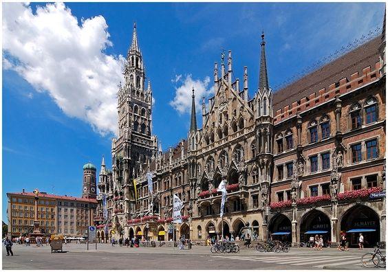 Bei einem Bummel durch die Stadt wird man an diesem Platz nicht vorbeikommen: der Marienplatz. Wahrzeichen und Zentrum Münchens.