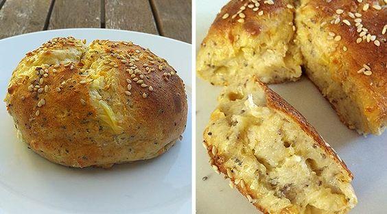 Low Carb Rezept für ein fluffiges Low-Carb Chia-Cheese-Brötchen. Wenig Kohlenhydrate und einfach zum Nachkochen.