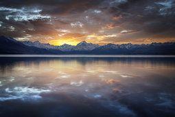 Lago, montanhas, penhascos, superfície de cume, reflexão, pôr do sol, nuvens