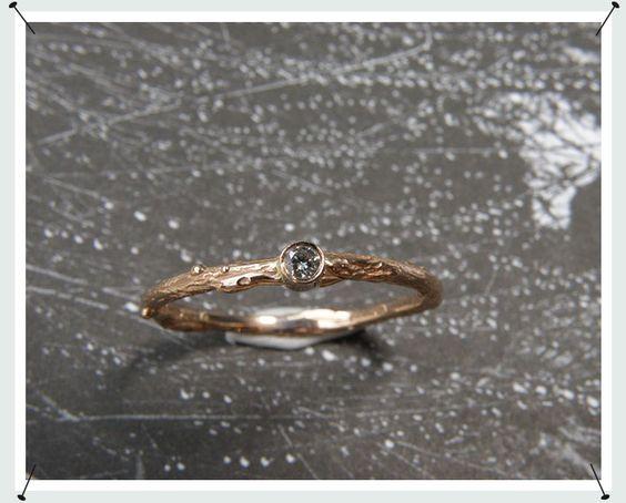 ring  * roodgouden takje met 0,05 crt briljant geslepen diamant