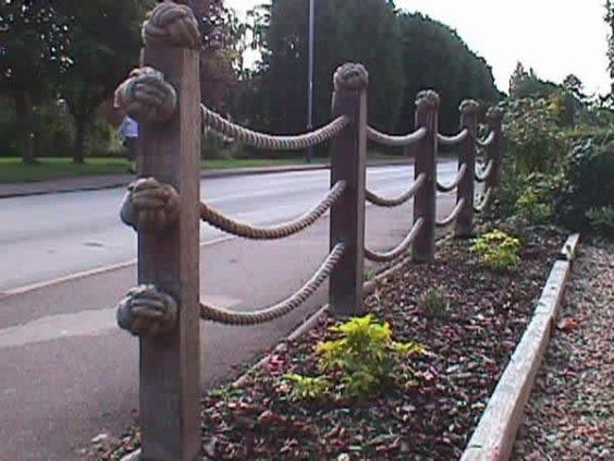 Rope fencing use between posts instead od rotted fence for Garden decking with rope