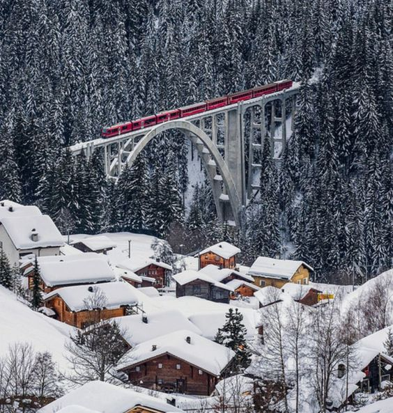 Rhätische Bahn on the Viadukt of Langwies, Graubünden, Switzerland, photo by Ralf Eisenhut