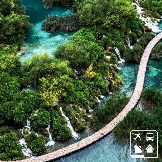 Os Lagos de Plitvice, patrimônio Natural da Unesco desde 1979, são a principal atração turística da Croácia. O Parque Nacional Plitvice Lakes é composto por 16 lagos distrubuidos em cerca de 200 quilômetros quadrados, todos interligadas por uma série de cachoeiras que chegam até 70 metros de altura. #ClubePeloMundo #ClubeTurismo