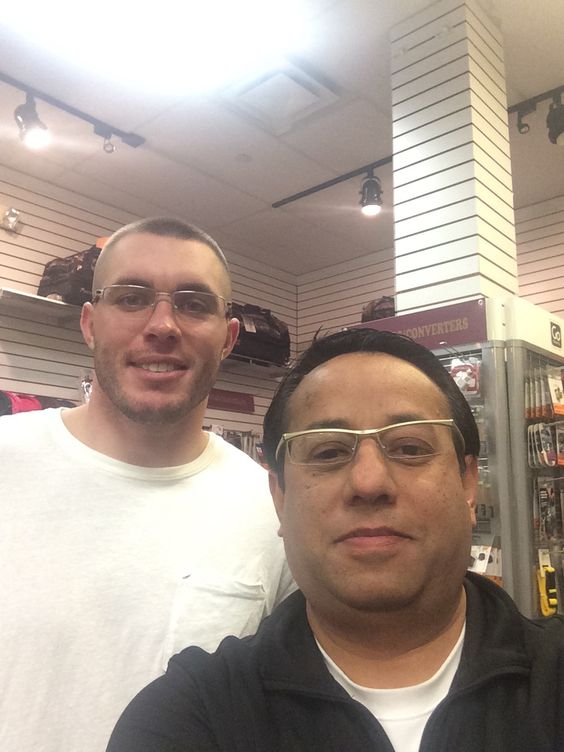 #Vikings Safety Harrison Smith #22 visiting our @EdenPrairieCenter and taking a #selfie with Store Manager