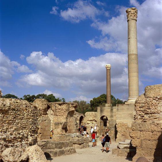 Tunez 04 Sitio arqueológico de Cartago  Fundada en el siglo IX a.C. en el golfo de Túnez, Cartago fue la sede de una brillante civilización que impuso su hegemonía comercial en una gran parte del Mediterráneo desde el siglo VI a.C. Durante las guerras púnicas los cartagineses llegaron a ocupar territorios pertenecientes a Roma, pero ésta se alzó con la victoria y arrasó la ciudad de Cartago el año 146 a.C.