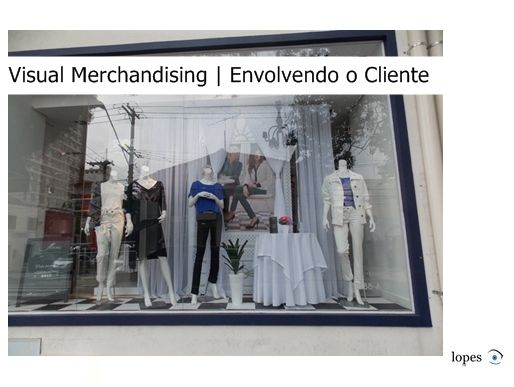 Para o sucesso de uma loja no varejo, é fundamental a preocupação em envolver o cliente num ambiente visual e atraente. Muitos lojistas esquecem que para se concretizar uma venda, não basta ter bons vendedores. Uma loja organizada, com forte visual merchandising e um bom material de PDV pode ajudar a fortalecer a imagem que os consumidores tem de determinada marca, principalmente no segmento de moda, tornando-se assim um grande auxílio na hora de fazer a conversão da vendas.
