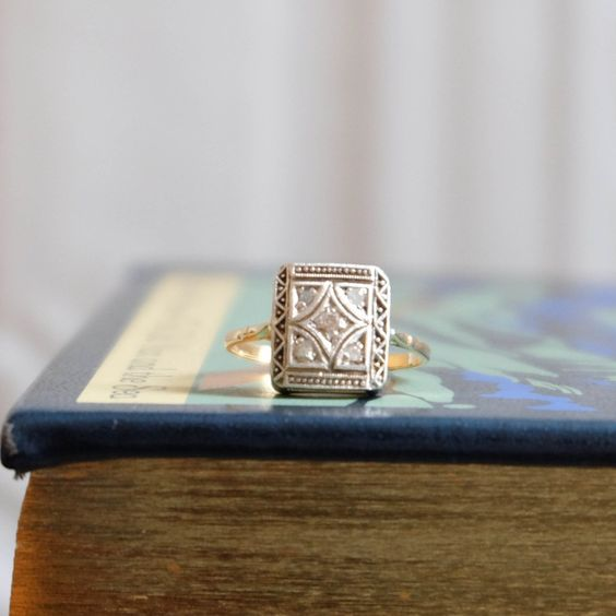 Bague Art Déco - années 30 via Macadam Ardent. Click on the image to see more!