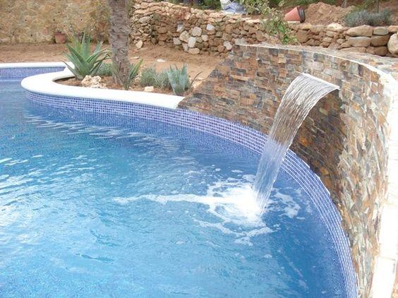 Piscina con cascada piscinas pinterest for Modelos de piscinas modernas