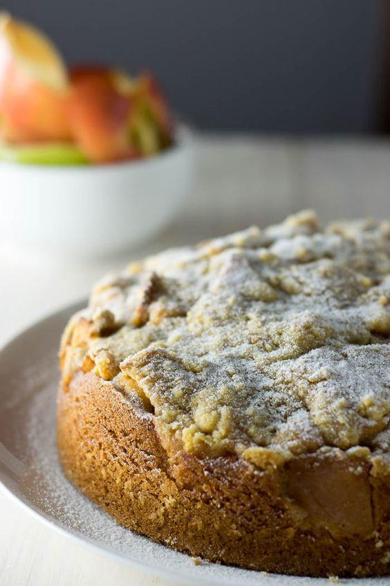 Nós adoramos torta de maçã, mas ela é um pouco complicada de fazer, então inventamos uma receita de bolo torta de maçã - um bolo com gosto de torta de maçã.