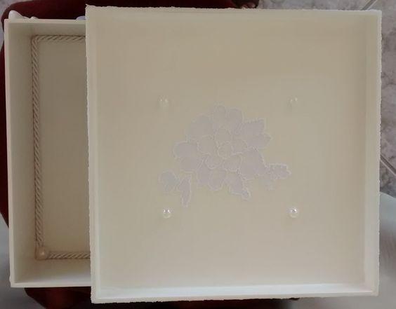 Batizado ou casamento: interior da caixa com aplique em renda e pérola - 2/3