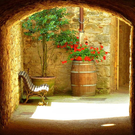Even in winter with all of this snow, I dream of sitting out in the sunshine, like this Italian courtyard ...