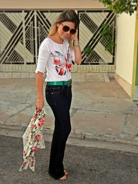 Look+com+calça+jeans+flare+-+blusa+com+detalhe+nas+costas+-+decote+nas+costas+-+blazer+florido+-+cinto+d+pedras+verdes+-+sanadlia+gladiadora...