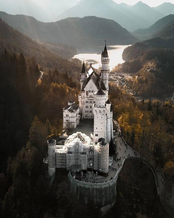 Pin Von Tasnim Ya Auf Hintergrundbilder Schloss Neuschwanstein Landschaftsbilder Schone Orte