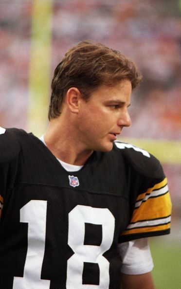 Quarterback Mike Tomczak of the Pittsburgh Steelers
