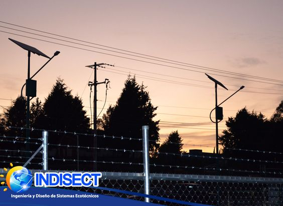 Luminarias solares para espacios públicos. Ahorro de energía eléctrica mediante el uso de energía solar.