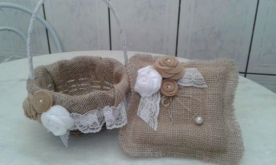 Kit de cesta de cipó e almofada porta aliança rústica feito de juta com flores em feltro, perfeito para casamento no campo, sitio ou fazenda.  A cesta tem 18cm de diâmetro e a almofada 20cm de largura. R$ 120,00