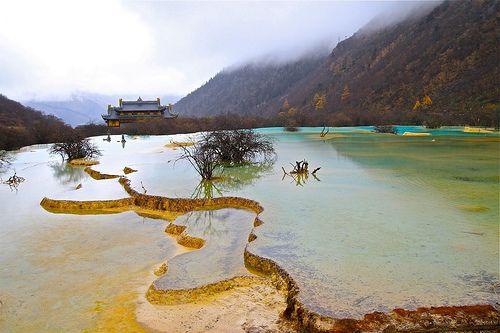 Huanglong y sus Terrazas de Travertino  #Aguastermales #Cataratas #CataratasCueva #China #China #ChinaDurante #Cuevas #HuanglongPiscinas #LanguresChatosDorados #Montañas #PandasGigantes #Piscinas #TemploBenbo #UNESCO #UNESCO
