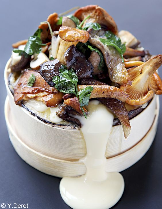Recette Mont-d'or aux champignons : Faites dorer 5 mn à feu vif dans un peu d'huile d'arachide 150 g de shiitakés, de pleurotes et de champignons de Paris...