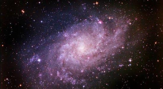 A galáxia Triangulum, também conhecida como M33, está a cerca de 3 milhões de anos-luz de distância da Terra. Conheça esta galáxia.