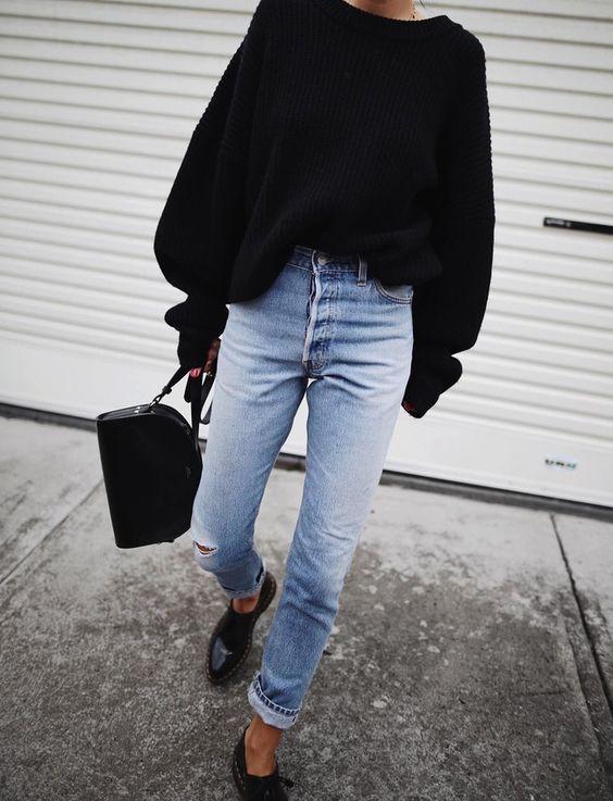 Jean clair taille haute roulotté sur la cheville + ample pull-over noir = le bon mix (photo Andy Csinger)