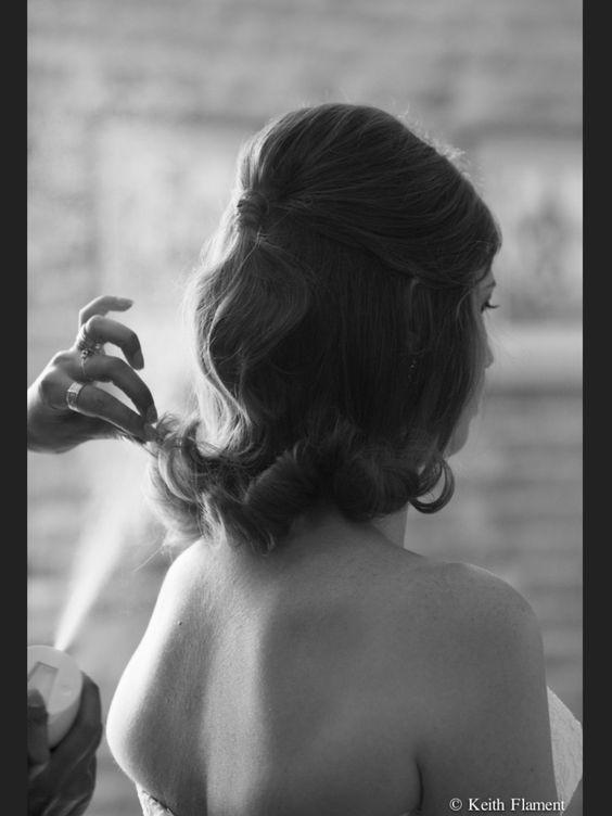 Dernière touche de spray ...un mouvement naturel et libre mais quand même un peu de fixateur pour affronter la longue journée de la mariée .